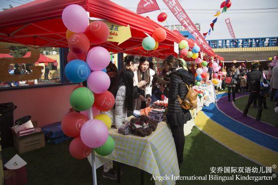 中新上海网12月16日电2016年12月11日,安乔幼儿园校园彩旗飘飘、喜气洋洋、欢乐热闹胜似过年。安乔人通过一场意义非凡的校庆活动,为安乔幼儿园举办了十岁生日大联欢。院长苏淳莹女士和艺术顾问赖声川先生也在现场发表了对安乔幼儿园十周岁生日的庆祝和对未来的展望。    共同出席此次校庆的受邀嘉宾有上海市各级教委领导、各兄弟院校校方代表、以及各大媒体朋友们。此外,安乔幼儿园可爱的大小天使,历届校友小天使们也纷纷应邀出席并共同见证了这个隆重而又盛大的历史时刻。安乔幼儿园创始人兼掌舵人苏淳莹女士、安乔幼儿园董