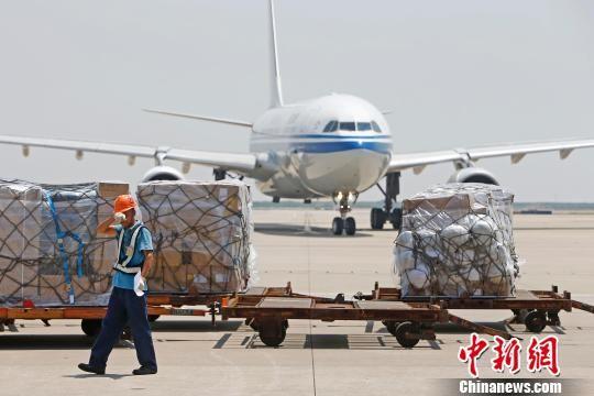 中新网上海12月15日电(记者 缪璐 李佳佳)随着一架满载货物的货机航班冲向蓝天,上海机场集团15日宣布,上海年航空货量突破400万吨,成为继中国香港、美国孟菲斯后,全球第3个年航空货量400万吨以上的城市。   上海机场集团向世界级航空货运枢纽目标进发,至今已走过19个年头。这期间,2002年上海机场货量突破100万吨,2005年突破200万吨,2010年突破300万吨。   上海机场成绩的不断突破,与其浦东和虹桥两大机场日益完善的软硬件条件密不可分。从硬件看,上海两机场共拥有六条跑道、三个货邮国际