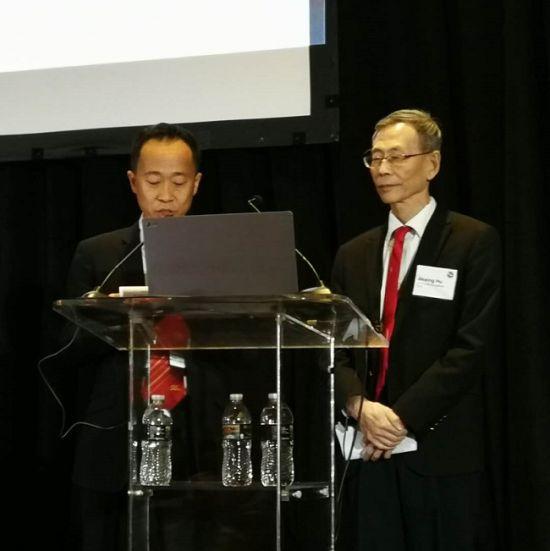 增爱公益基金会理事长胡锦星(右)在第13届世界脂肪酸科学大会上演讲