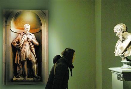 市民观赏米开朗基罗作品.解放日报记者
