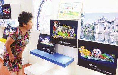 市民观看2016上海旅游节花车设计效果图.傅国林摄
