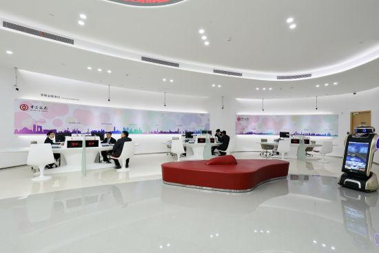 中新网上海新闻1月22日电(许兵)18日,位于陆家嘴的上海中心大厦来了一位面向未来的机器人,他就是位于B1层的帅小伙儿中国银行上海中心大厦支行的小管家中中。   您好,欢迎光临中国银行上海中心大厦支行。一进门,机器人中中热情地与客户打招呼。这是一家智能人性化的银行,具有超前的服务理念和场景设计。   科技引领,便捷智能   中国银行上海中心大厦支行是总高632米的上海中心大厦内唯一一家正式营业的银行,也是中国银行首家在上海陆家嘴创新打造的科技+网点。   步入上海中心B1层,便能看到以中