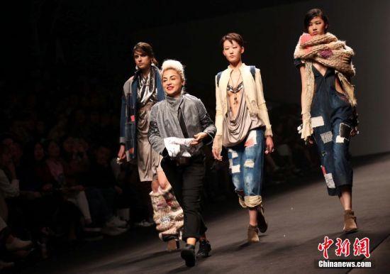 上海时装周 模特t台展示摩登作品