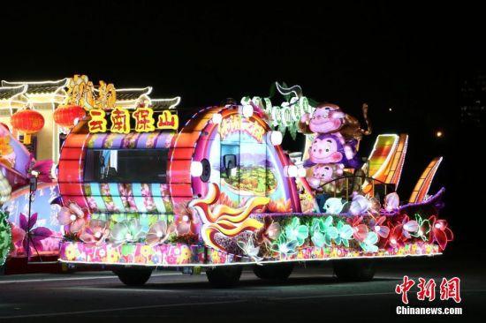 一年一度的上海旅游节即将开幕。作为每年旅游节开幕重头戏的花车大巡游,各地花车首次集结上海新能源主题公园。9月4日晚,记者实地探营,先睹花容。据悉,2016年旅游节开幕大巡游上共有来自世界各地的25辆花车集体亮相。 中新社记者 张亨伟 摄