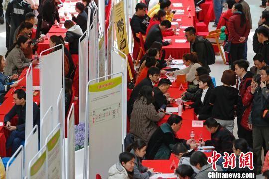 """上海持续进行""""春风行动""""招聘会 帮助务工人员解决就业问题"""