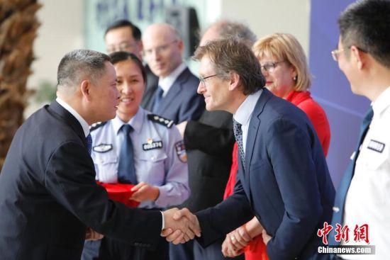 """诺奖得主费林加等7名外籍人士在上海获""""中国绿卡"""""""