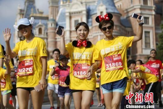 """首届""""奇跑迪士尼""""成功开赛 约5000名跑者齐聚迪士尼"""