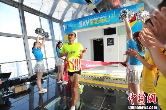 """第八届""""天空之城""""垂直马拉松在上海热力开赛"""