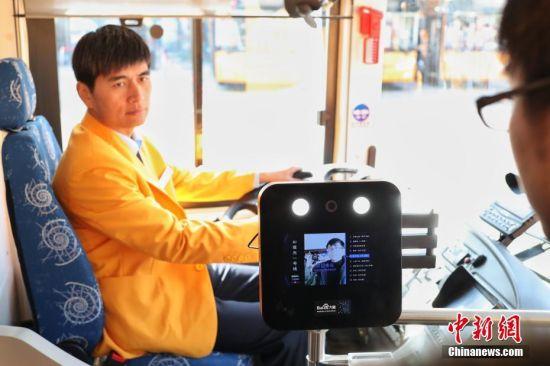 """上海首批AI双层观光车投入运营 乘客只需""""刷脸""""上车"""