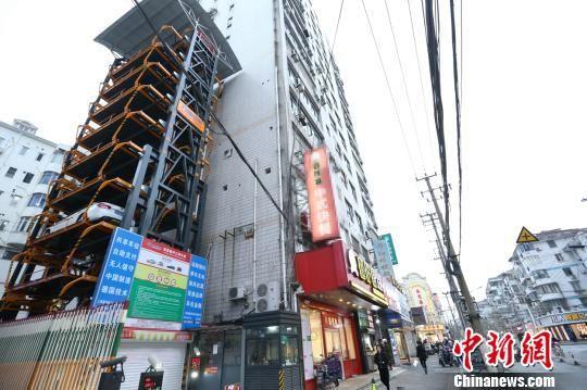 无人垂直循环立体车库上海诞生 两个车位停20辆车
