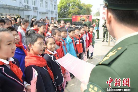 上海小学生进军营接受国防教育:格斗术最受欢迎