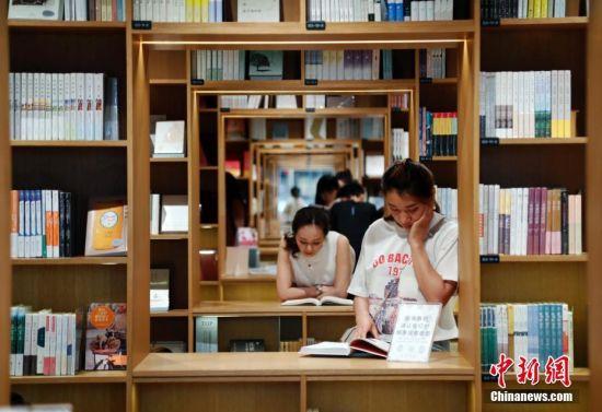 """上海""""最美书店""""成为民众""""避暑胜地"""