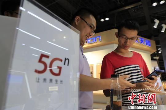 """市民""""尝鲜""""5G手机 上海首位5G用户拿到手机"""