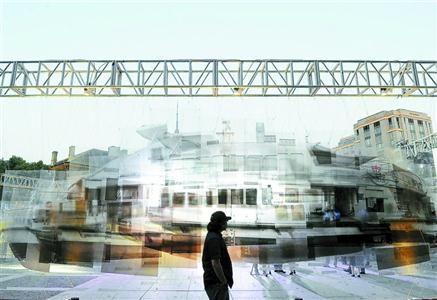 受邀艺术家代表,来自巴西的建筑设计师龙百渡在启动仪式上表示