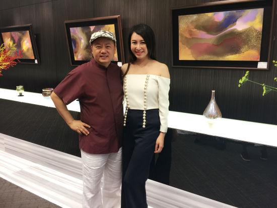画家林伯禧(左)与策展人林兰芷(右)