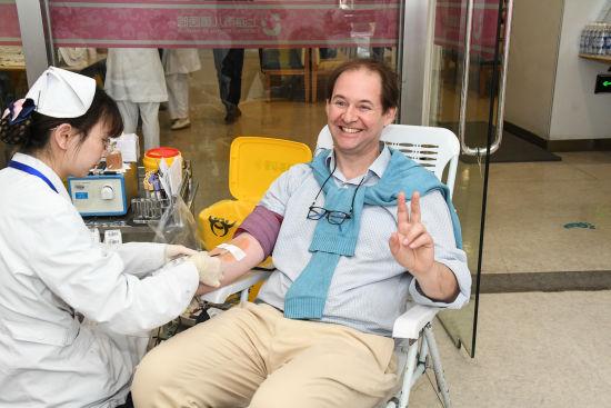 妻人撸_百余位外籍友人上海撸袖献血